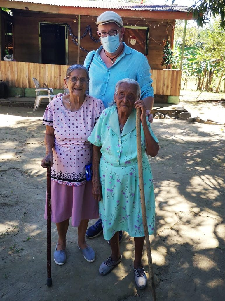 Im Dezember besuchte unser Fotograf die Blue Zone Nicoya in Costa Rica. Blue Zones sind die Gebiete auf der Erde, in denen die Menschen überdurchschnittlich alt werden. Insgesamt hat René in Costa Rica fast 40 Hundertjährige portraitiert, um die Fotos aus den anderen Blue Zones Sardinien, Okinawa und Cuba zu ergänzen. Mehr zu diesem Projekt demnächst an dieser Stelle....